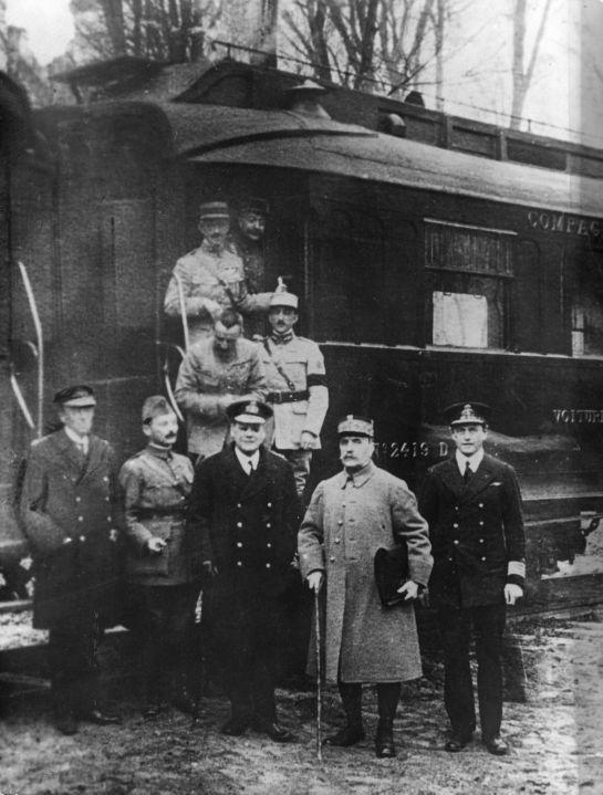 Eerste Wereldoorlog. Generaals Foch en Weygand voor het treinstel in Rehtondes, nabij Compiegne, tussen de wapenstilstandsonderhandelingen van november 1918 door.